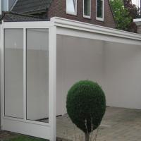 Veranda met zijwand voorzien van helder glas, klassieke gootsierlijst en verstevigingsbalk.